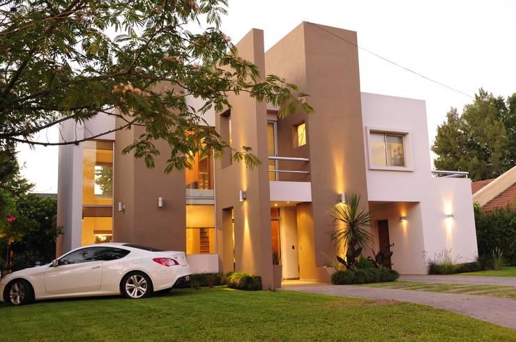 Casa <q>Integración al verde</q>: Casas unifamiliares de estilo  por Estudio Gore