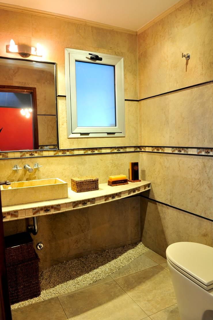 Casa <q>Integración al verde</q>: Baños de estilo  por Estudio Gore