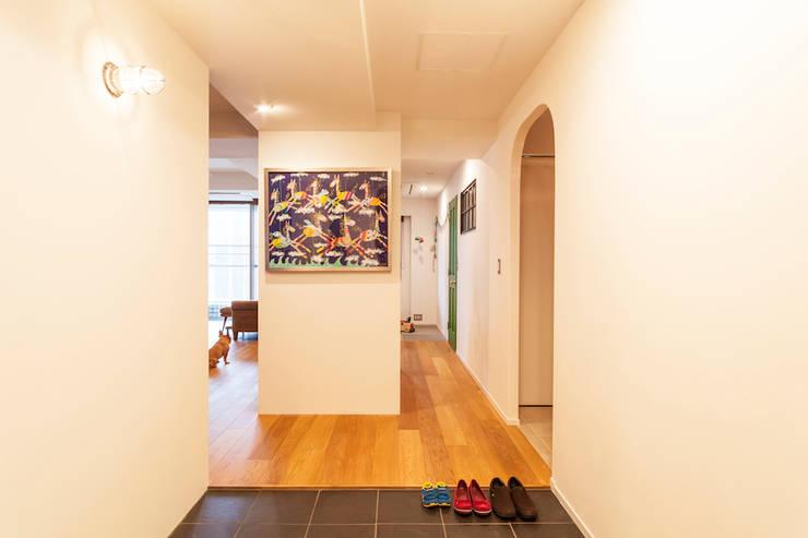 Modern Corridor, Hallway and Staircase by 株式会社ブルースタジオ Modern