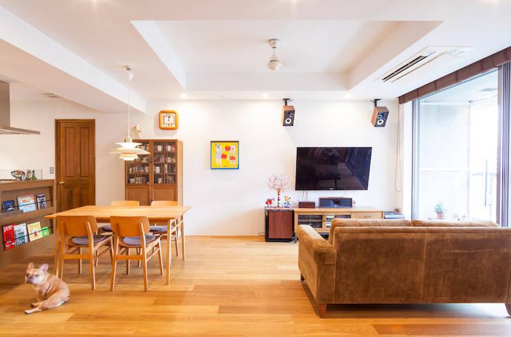 o邸-7畳の収納スペースつくり、LDKを広く: 株式会社ブルースタジオが手掛けたリビングです。