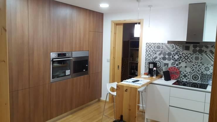 RUSTICASA | Post & Beam | Vila Nova de Gaia: Cozinhas embutidas  por Rusticasa
