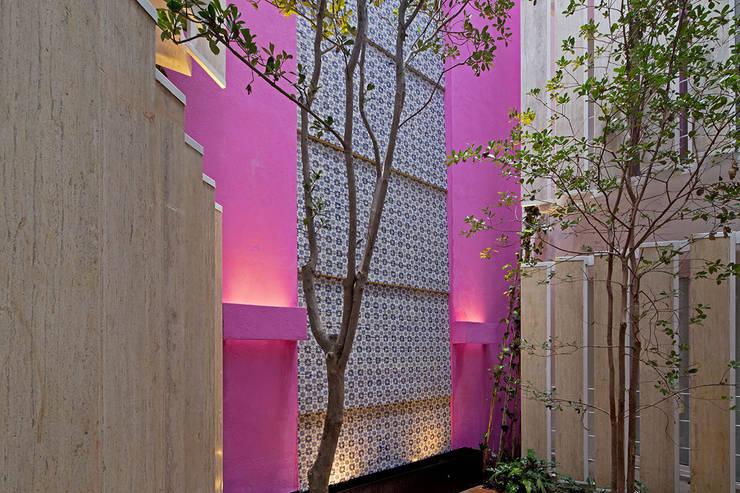 CD8: Paredes de estilo  por Boué Arquitectos