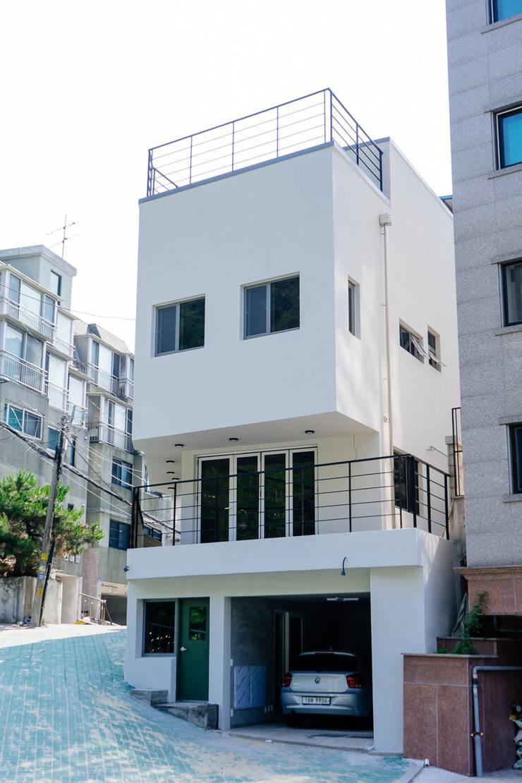 around. Park.: AAPA건축사사무소의  일세대용 주택,모던