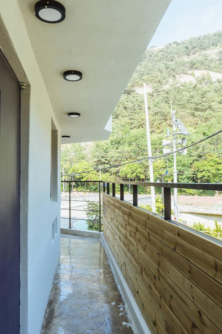 around. Park.: AAPA건축사사무소의  복도 & 현관,모던