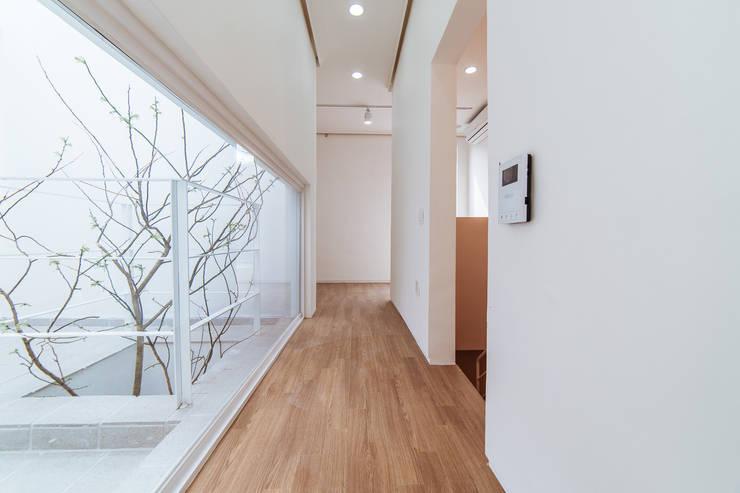 Pasillos y vestíbulos de estilo  por AAPA건축사사무소