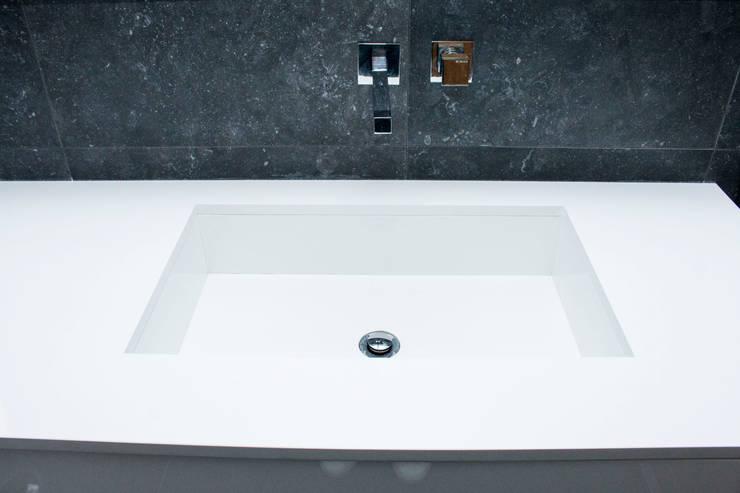 B & W: Casas de banho  por ORCHIDS LOFT