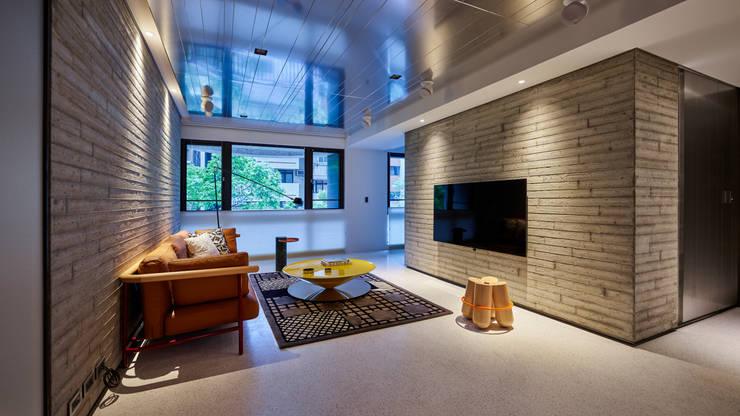 Ru Residence:  客廳 by 沈志忠聯合設計