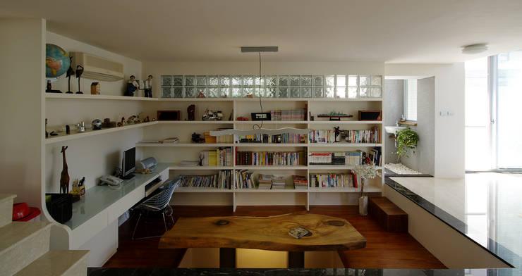 台南12號住宅:  書房/辦公室 by 築青室內裝修有限公司