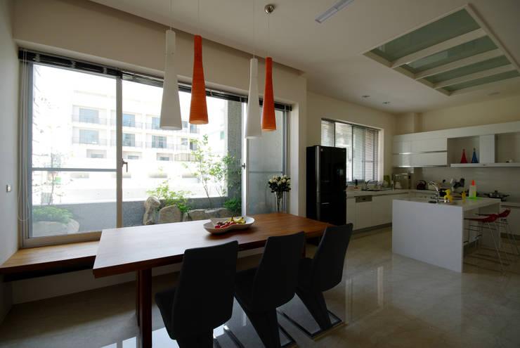 台南12號住宅:  餐廳 by 築青室內裝修有限公司