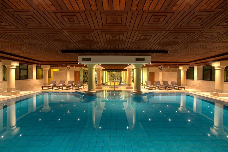Hilton Soestduinen zwembad:  Hotels door Loek van Walsem Fotografie, Modern