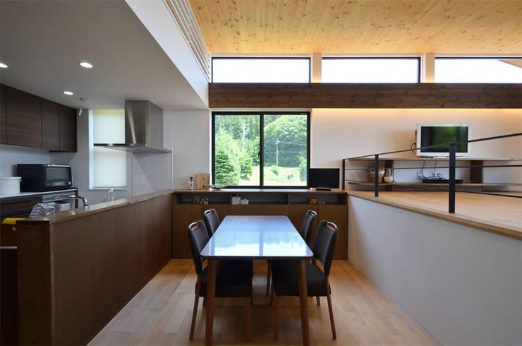 Comedores de estilo moderno por 鎌田建築設計室