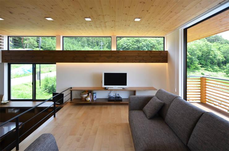 Salas / recibidores de estilo moderno por 鎌田建築設計室