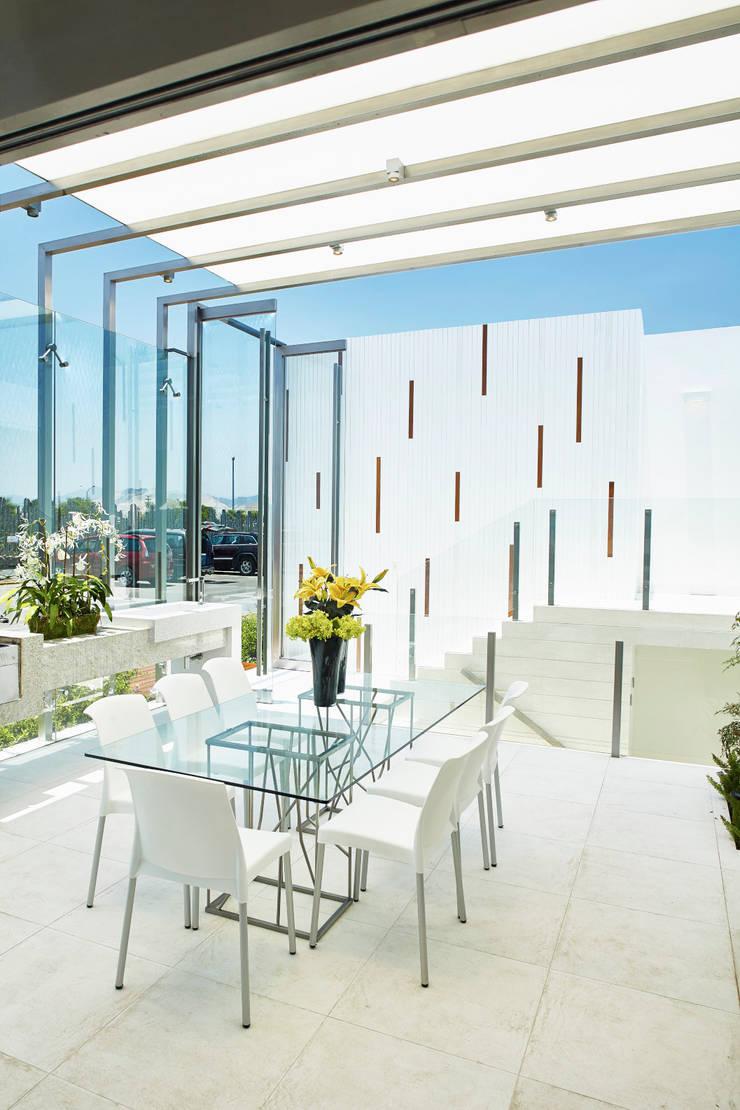 CASA DE PLAYA M.M.: Comedores de estilo moderno por Karím Chaman Arquitectos