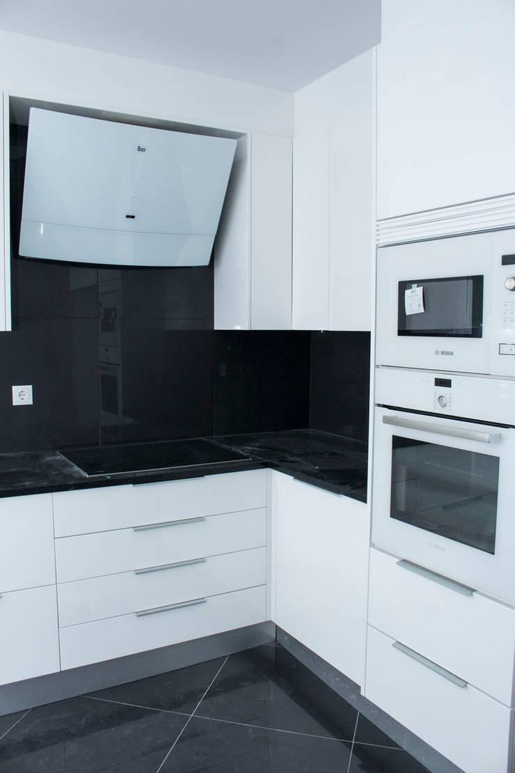 Dapur built in oleh ORCHIDS LOFT