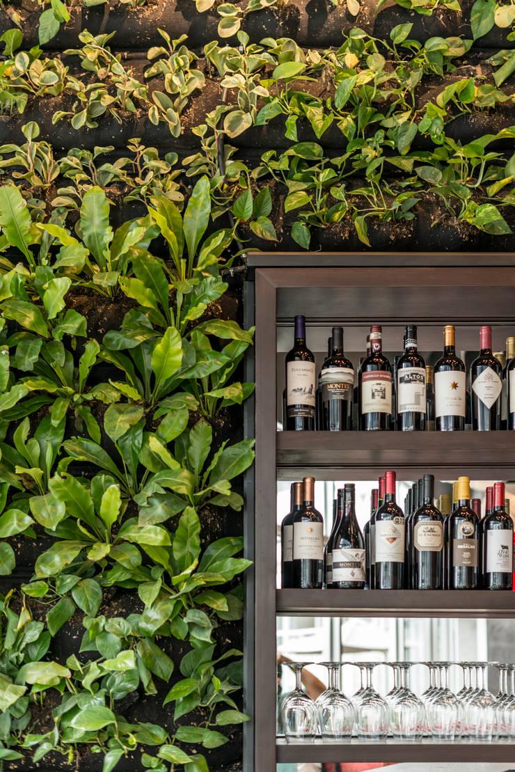 TOSHI Nikkei Restaurant: Bares y Clubs de estilo  por PALACIO ARQUITECTOS