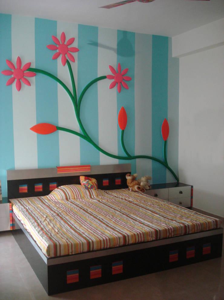 A weekend retreat appartment:  Bedroom by MRJ ASSOCIATES
