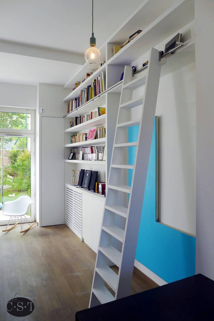 bibliothèque intégrée façon maçonnerie: salon de style par la c.s.t