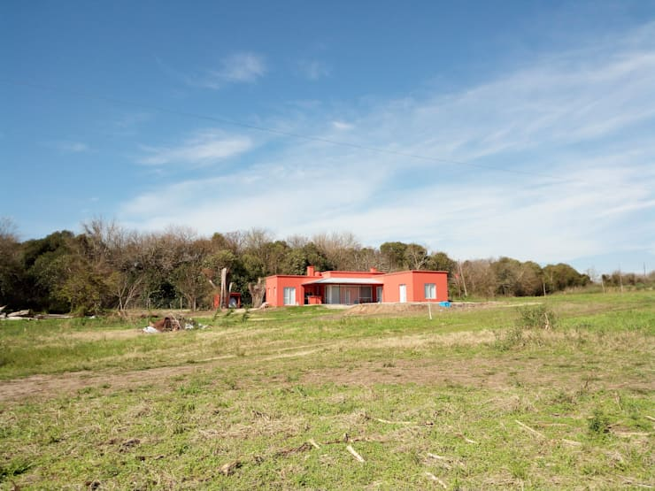 Campo&Golf: Casas unifamiliares de estilo  por Marcelo Manzán Arquitecto