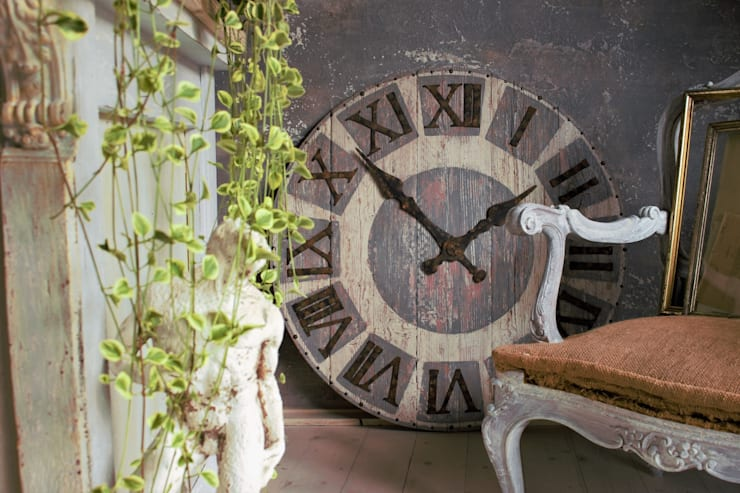Orologio da parete: Soggiorno in stile  di Viviano Biagioni