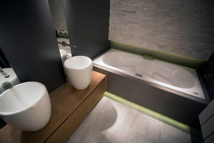 Royale Whirlpool en massief eiken houten badkamermeubel:  Badkamer door De Eerste Kamer, Mediterraan Massief hout Bont
