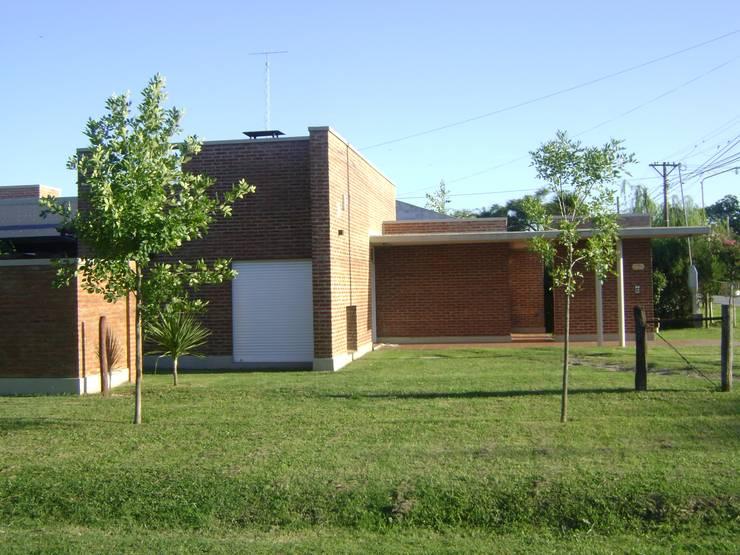 La Querencia: Casas de estilo  por Marcelo Manzán Arquitecto,