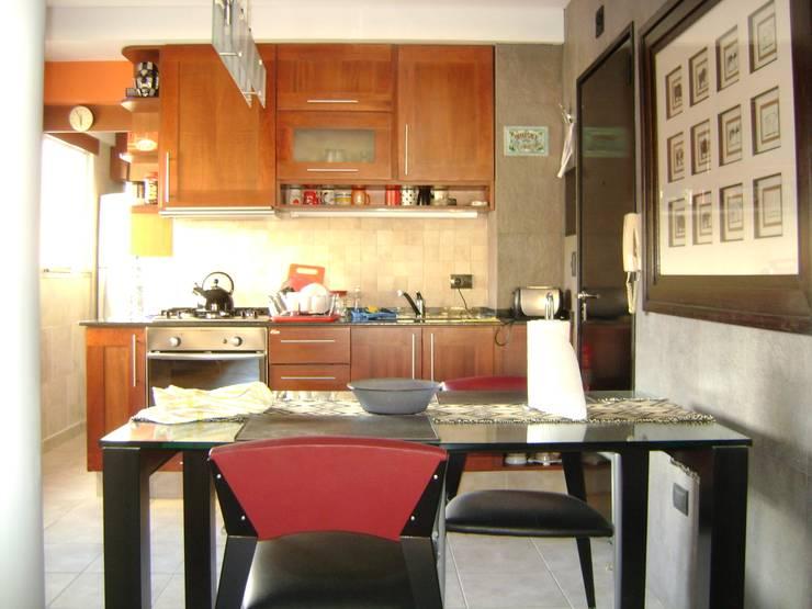Departamento  para  uno: Comedores de estilo  por Marcelo Manzán Arquitecto,