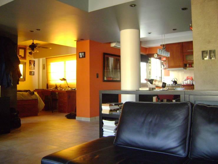 Departamento  para  uno: Livings de estilo  por Marcelo Manzán Arquitecto,
