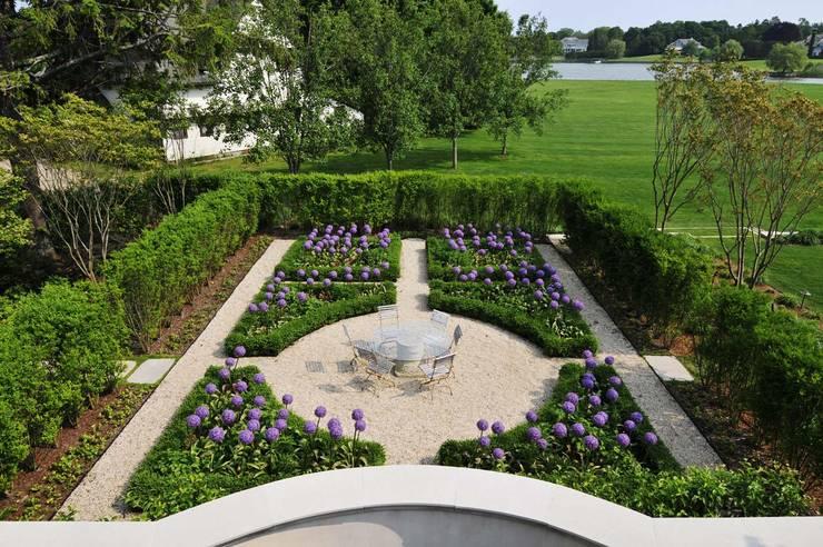 Villa Maria:  Garden by andretchelistcheffarchitects