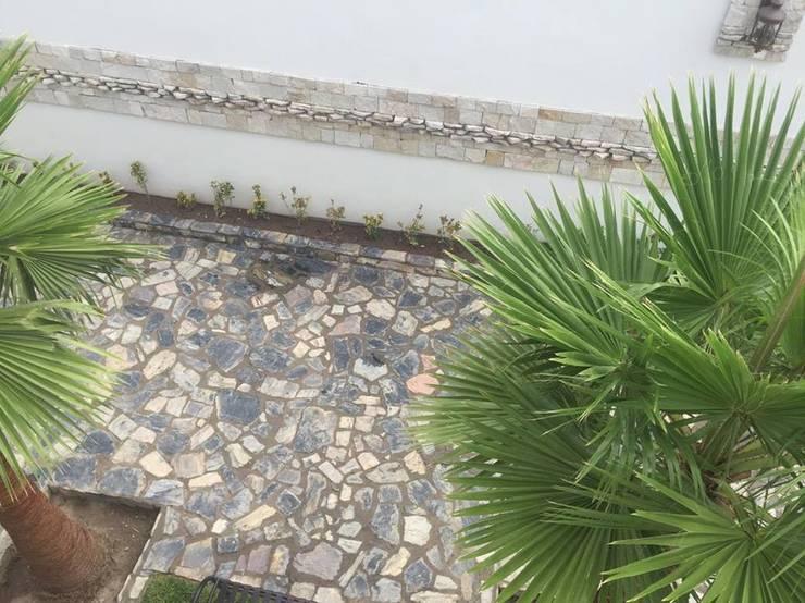 PISO DE PIEDRA LAJA: Jardines de estilo  por POLIGONO 93 ARQUITECTOS SA DE CV