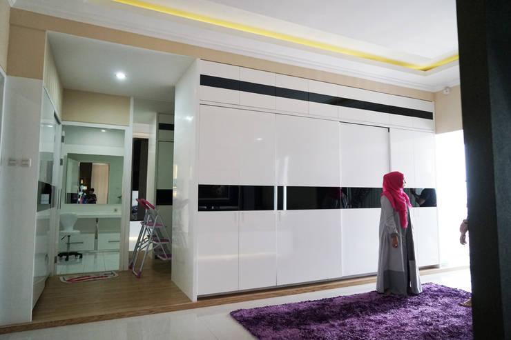 Master Bedroom Semarang – Bukit Wahid Regency:  Kamar Tidur by Multiline Design