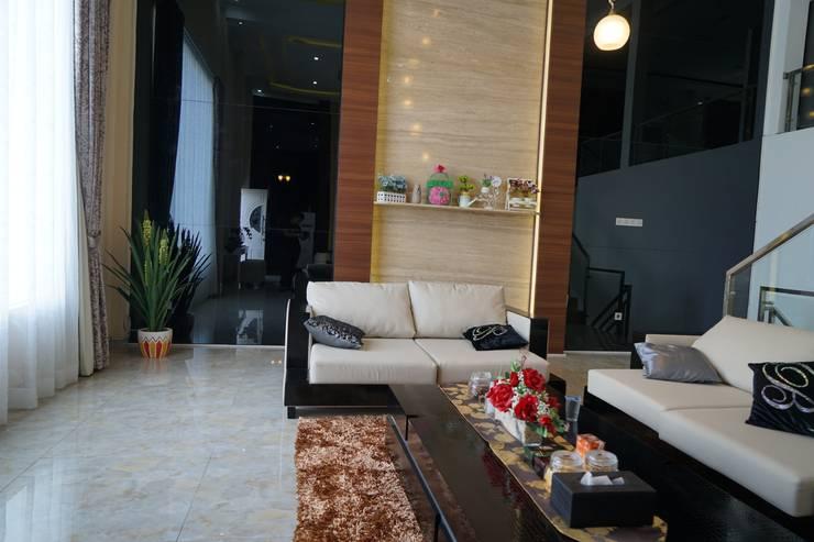 Living Room – Semarang:  Ruang Keluarga by Multiline Design