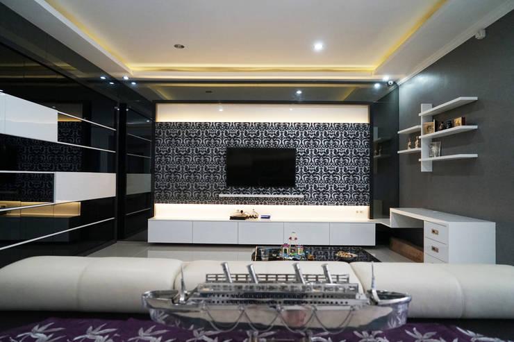 Family Room - Semarang:  Ruang Keluarga by Multiline Design