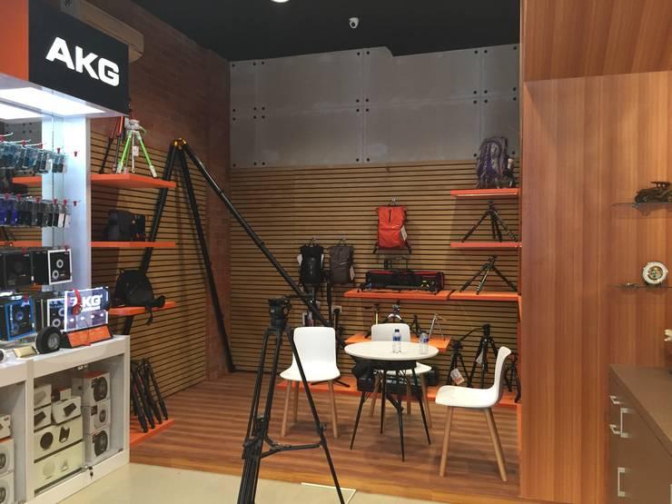Digital One Stop Solution – Jakarta:  Kantor & toko by Multiline Design