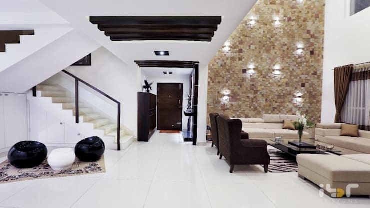 Living room:  Living room by Interiors by ranjani