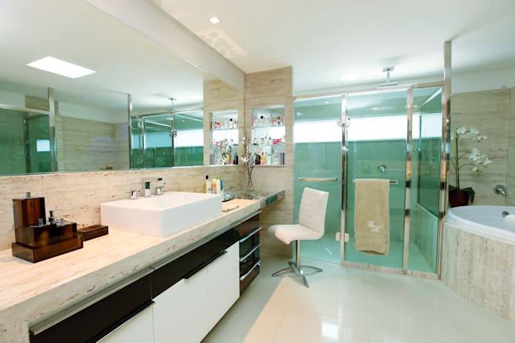 Bathroom by Danielle Valente Arquitetura e Interiores