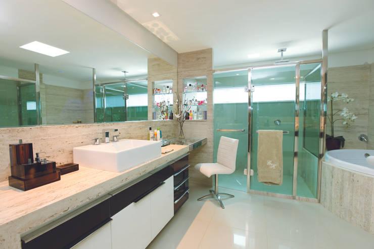 Baños de estilo  por Danielle Valente Arquitetura e Interiores