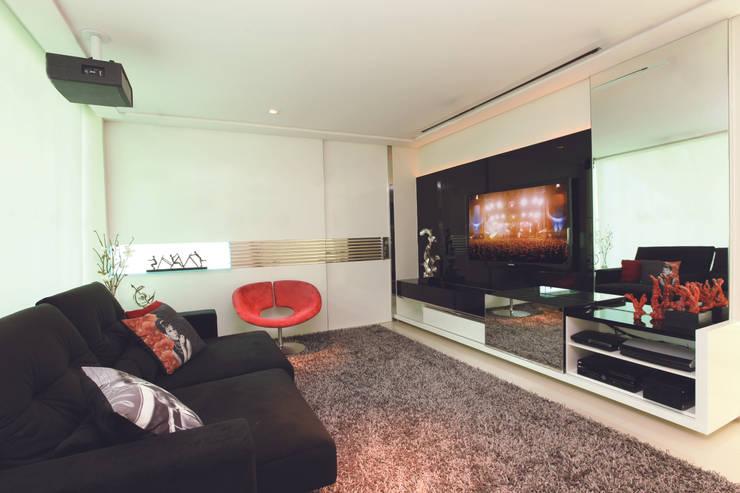 CASA - ALPHAVILLE: Salas multimídia  por Danielle Valente Arquitetura e Interiores