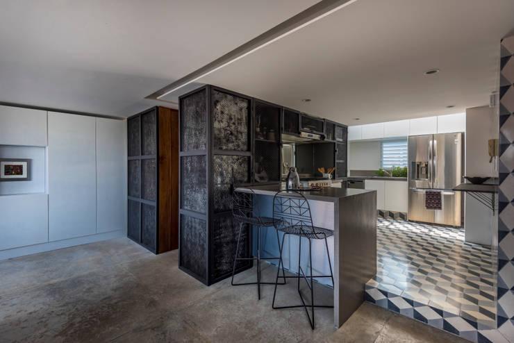 DEPARTAMENTO CAJA NEGRA: Muebles de cocinas de estilo  por HDA: ARQUITECTURA BIOCLIMATICA