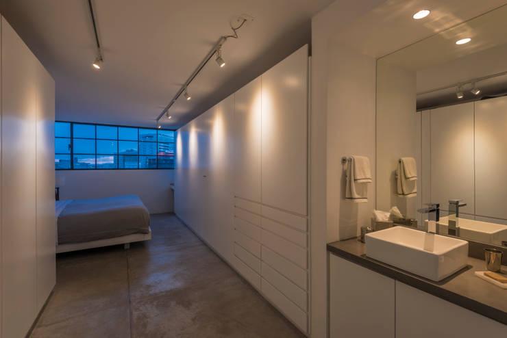 DEPARTAMENTO CAJA NEGRA: Vestidores y closets de estilo moderno por HDA: ARQUITECTURA BIOCLIMATICA