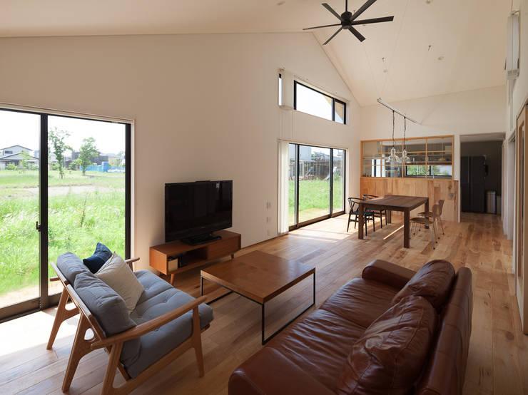 さんかく屋根の家: 株式会社 井川建築設計事務所が手掛けたリビングです。