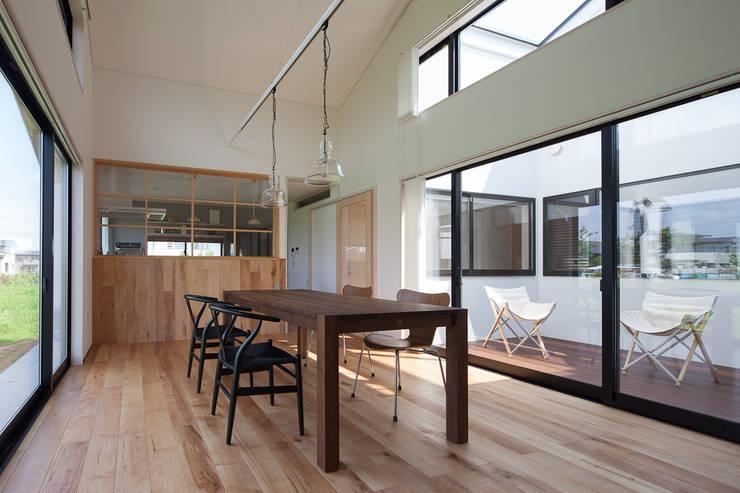 さんかく屋根の家: 株式会社 井川建築設計事務所が手掛けたダイニングです。