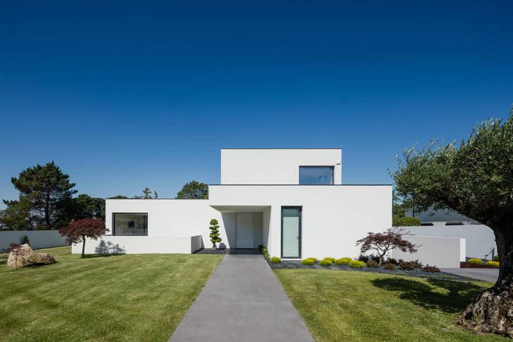 Single family home by HUGO MONTE | ARQUITECTO