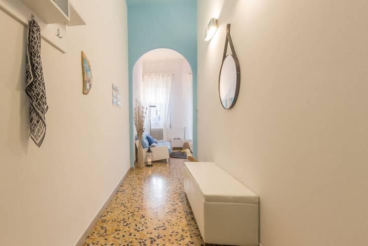 Pasillos y vestíbulos de estilo  por Anna Leone Architetto Home Stager