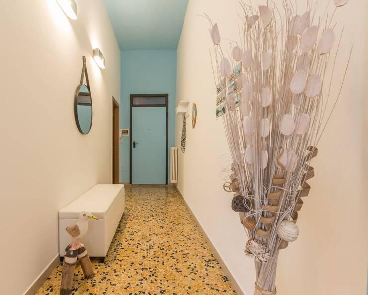 Corredores e halls de entrada  por Anna Leone Architetto Home Stager