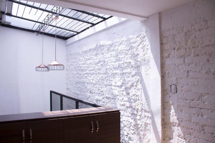 apartamento 1: Habitaciones de estilo  por santiago dussan architecture & Interior design, Industrial
