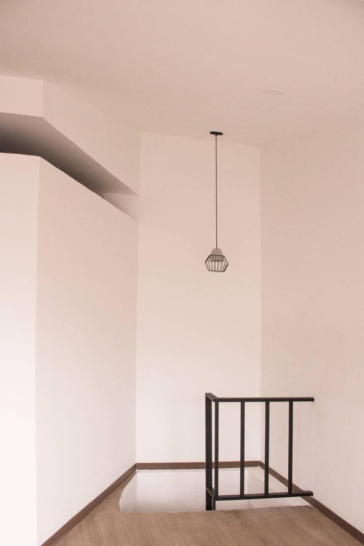 Apartamento 2: Pasillos y vestíbulos de estilo  por santiago dussan architecture & Interior design, Industrial