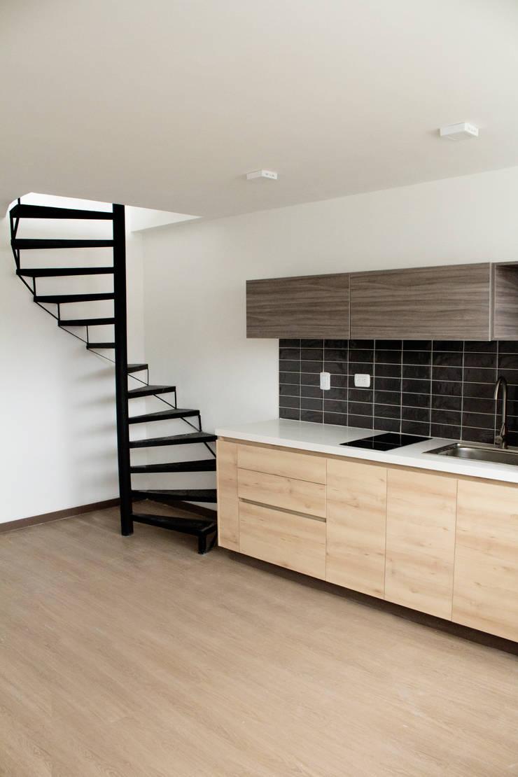 Apartamento 2: Cocinas integrales de estilo  por santiago dussan architecture & Interior design, Ecléctico