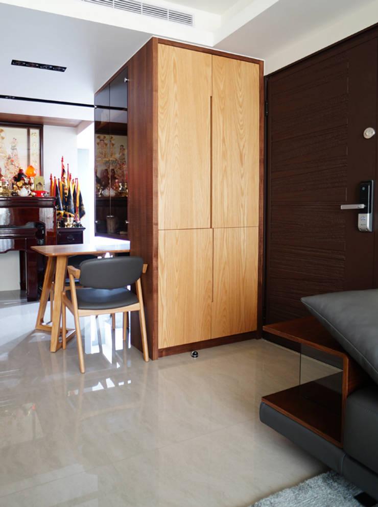 全室案例-新北市黃宅:  走廊 & 玄關 by ISQ 質の木系統家具