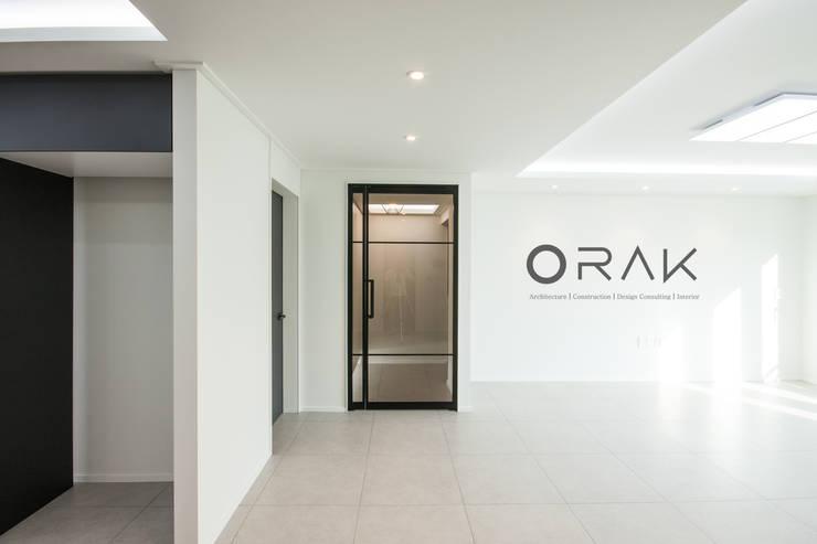 서현동 동양파크빌 / 30평형 아파트 인테리어: 오락디자인의  거실,모던