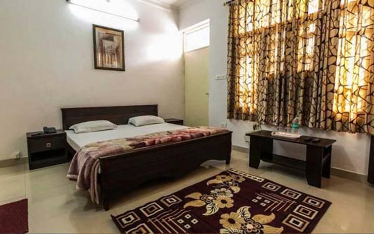 Residential Interior :  Bedroom by Manoj Interior Decorator